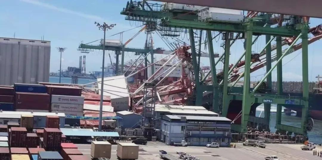 突发!大型集装箱船撞倒台湾高雄岸吊 船期将再受影响